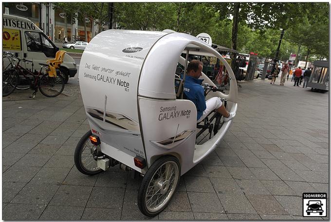 갤럭시 노트 10.1로 랩핑된 바이크 택시