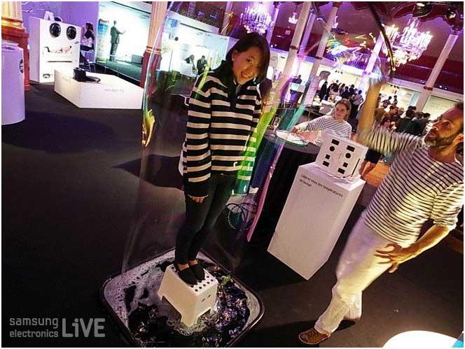 버블쇼를 하고 있는 Sylvain과 버블안에 들어가있는 리포터의 모습