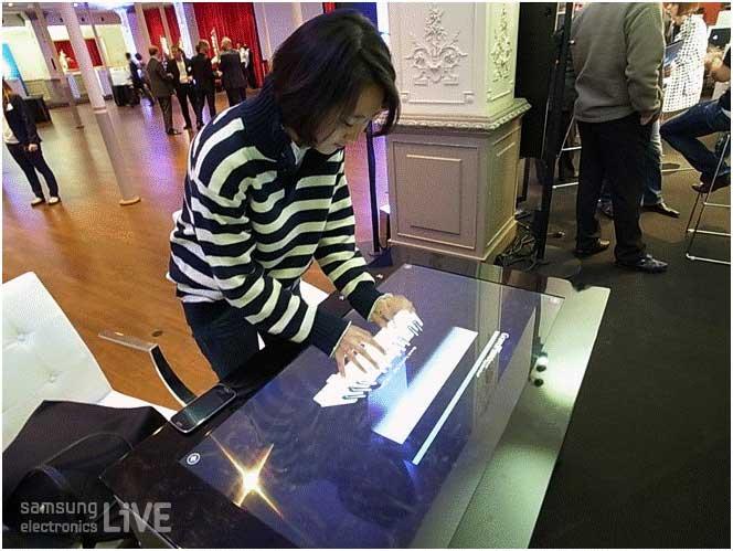 스마트테이블로 피아노를 치고 있는 리포터