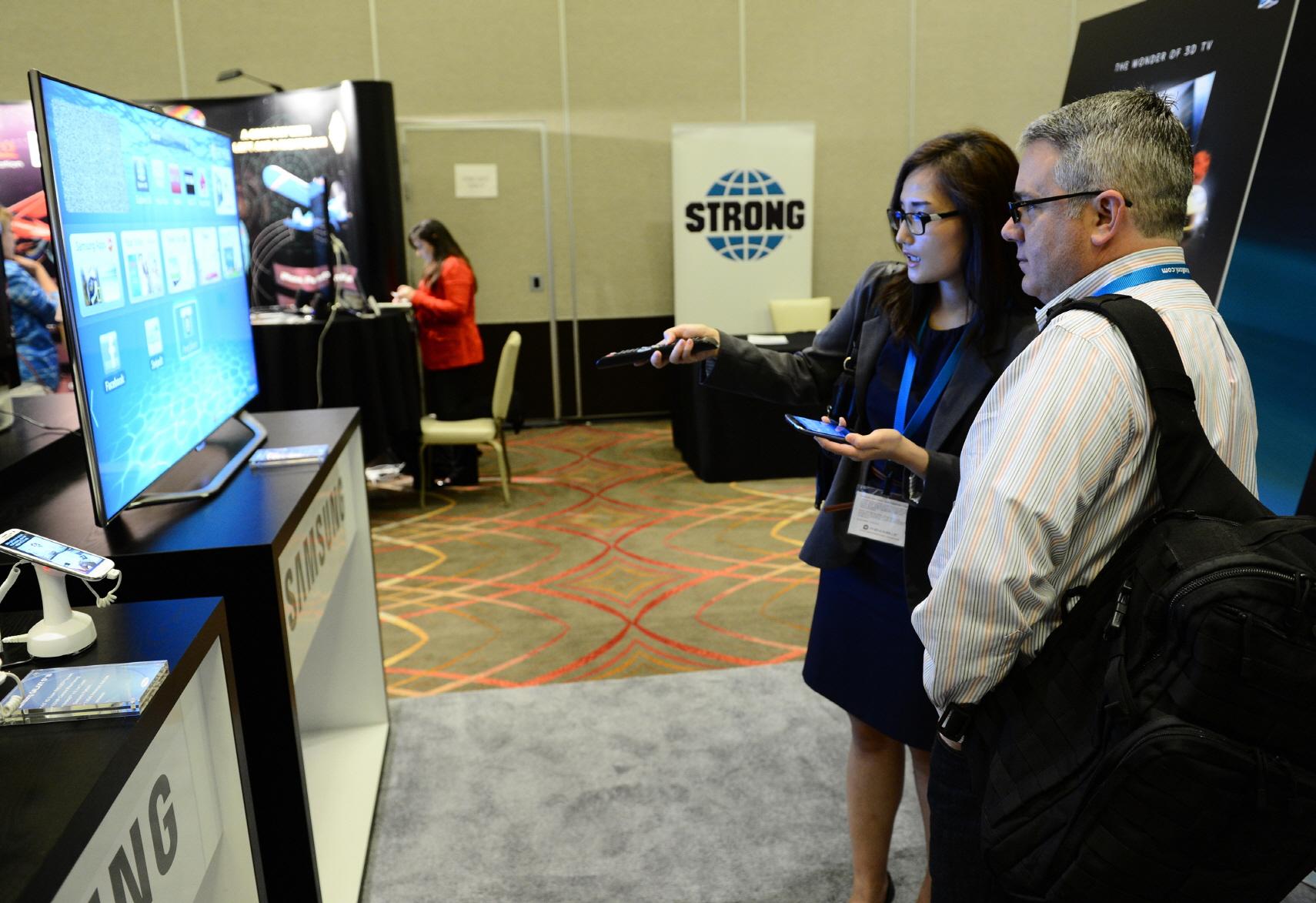 삼성 스마트 티비를 설명하는 모습