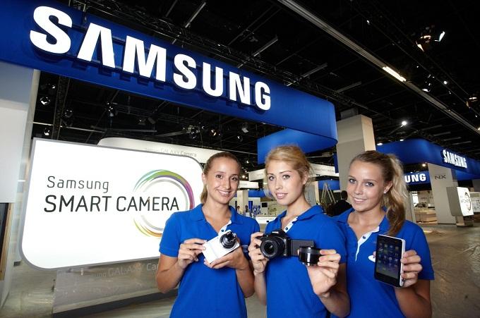 삼성스마트 카메라를 들고 있는 모델들
