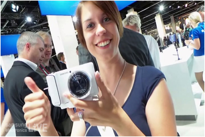 Photokina 현장, 갤럭시 카메라를 들고 엄지를 보이고 있는 사람들의 모습