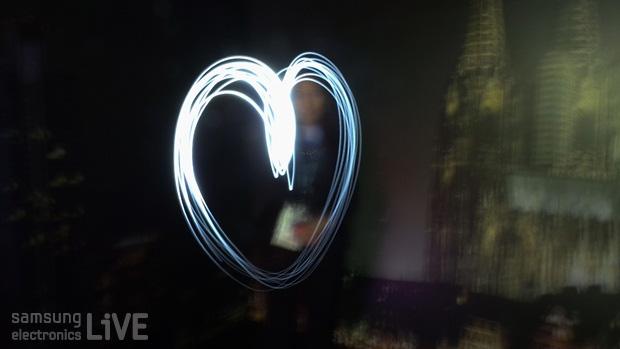 빛줄기로 만든 하트를 포착한 사진