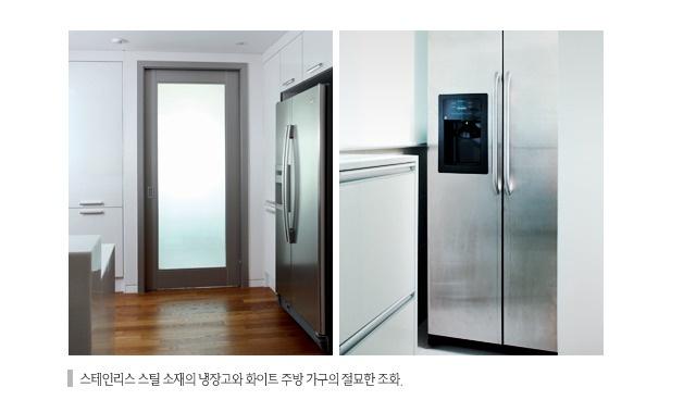 스테인리스 스틸 소재의 냉장고와 화이트 주방 가구의 절묘한 조화.