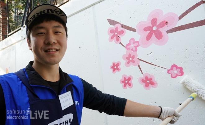 벽화를 그리는 자원봉사자