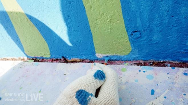 벽화를 칠하는 손