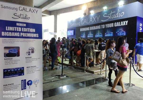 삼성 부스 앞에 모인 수많은 팬들