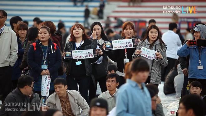 플랜카드를 들고 응원하는 여성들