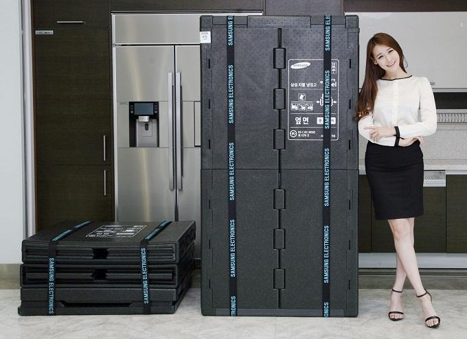 모델이 삼성전자 냉장고 친환경 포장재를 선보이고 있다