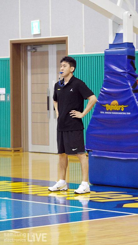 선수들을 지도하는 김상식 코치