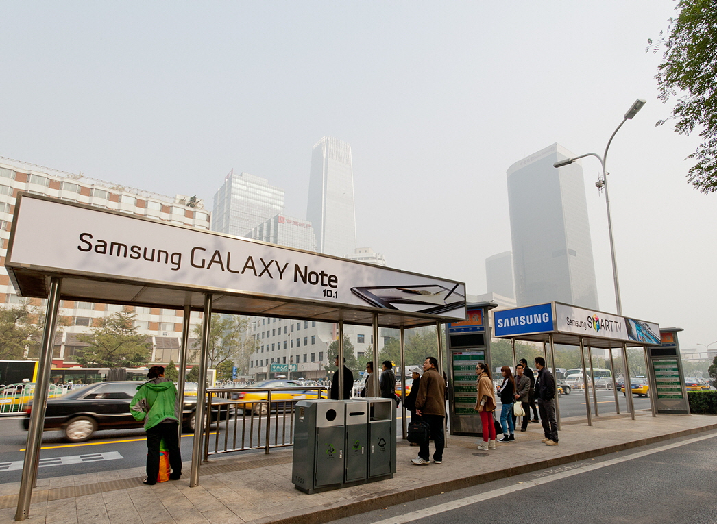 중국 베이징의 최대 중심가인 창안졔(長安街)에 있는 총 171곳의 버스정류장에 광고판 설치