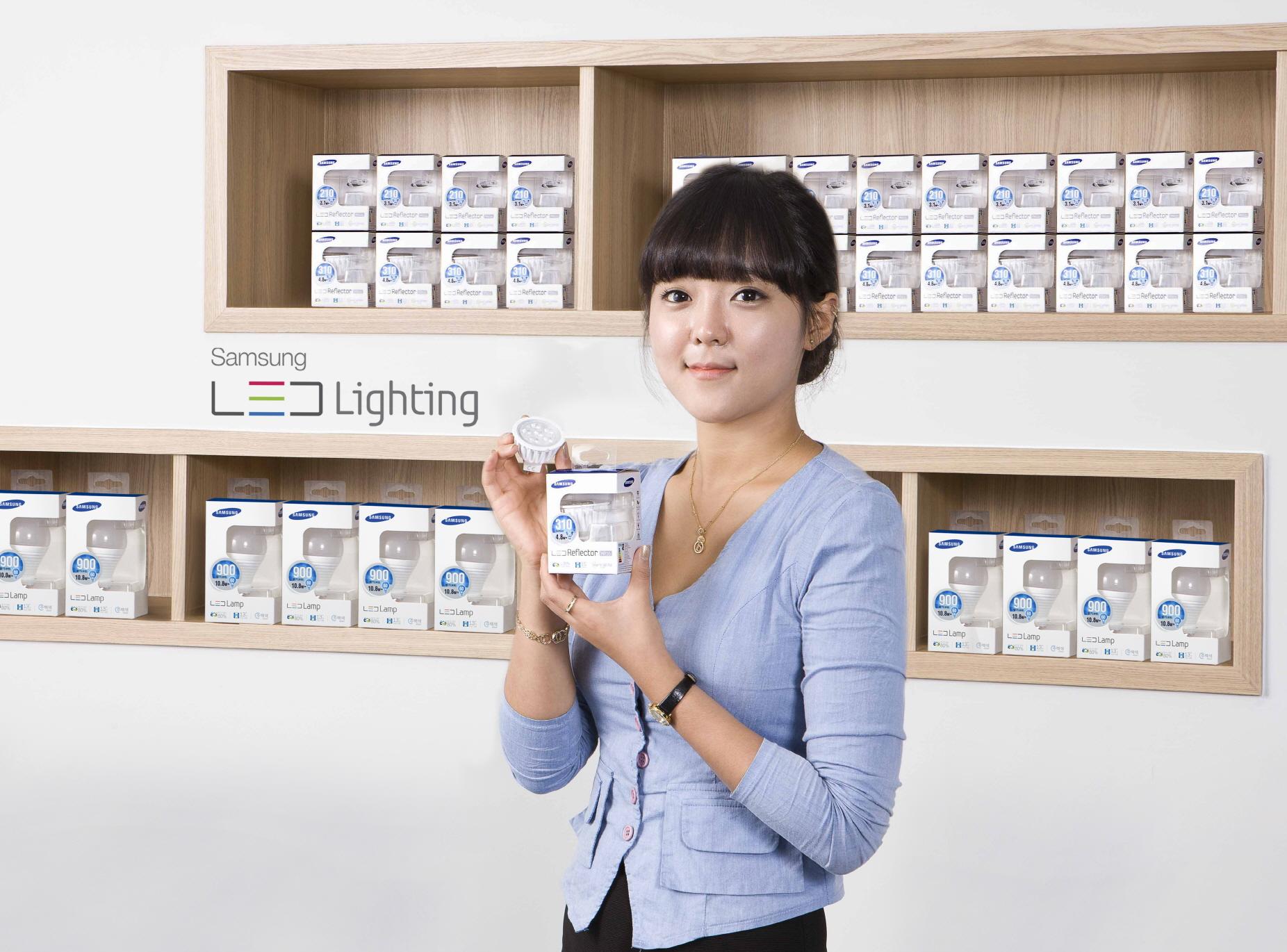 모델이 삼성전자 LED신제품을 선보이고 있다