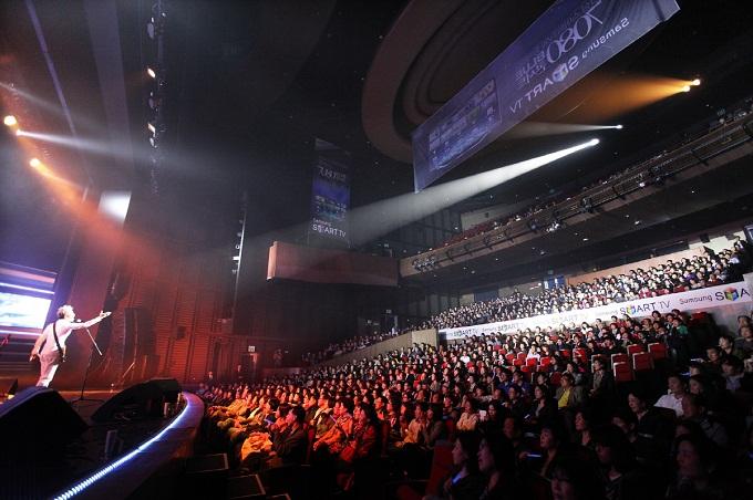 '삼성 스마트TV와 함께 하는 7080 블루 콘서트' 봄여름가을겨울 무대모습과 객석의 모습