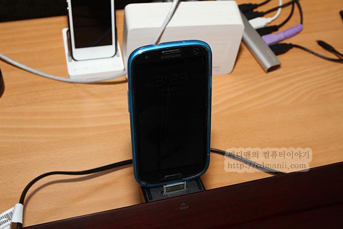 삼성 오디오독 DA-E750와 갤럭시S3를 연결한 모습