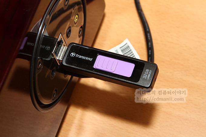 삼성 오디오독 DA-E750 후면에 USB를 연결한 모습