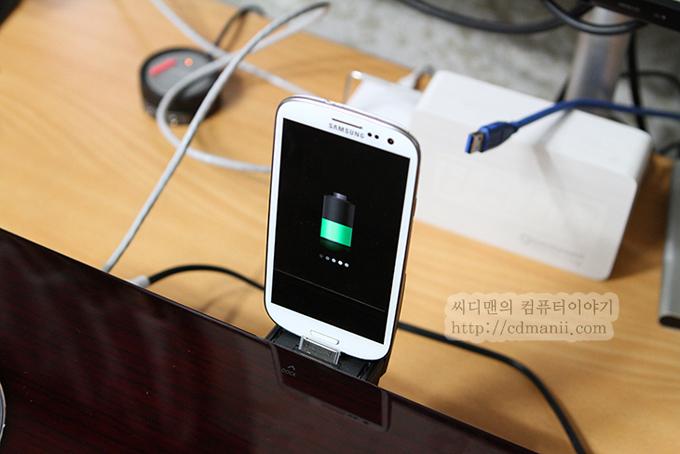 삼성 오디오독 DA-E750과 갤럭시S3를 연결한 모습