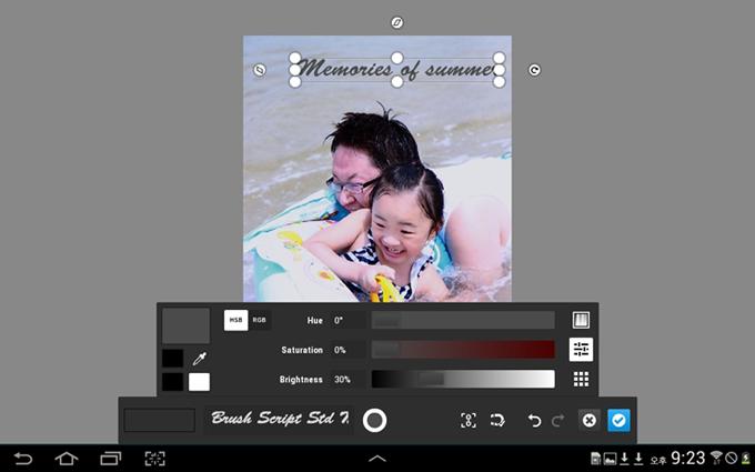 아빠와 물놀이를 하는 아이의 사진을 편집하고 있다