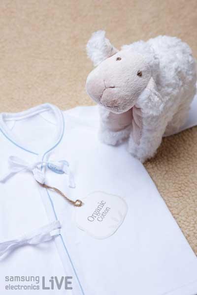 아기 옷과 양