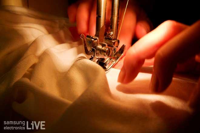 제봉틀질 하는 손