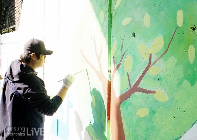 벽화를 칠하는 남성
