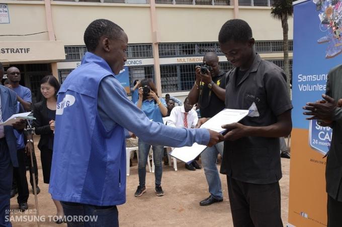 학생들에게 소정의 장학금을 전달