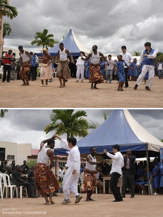 카메룬의 댄서들은 멋진 전통춤