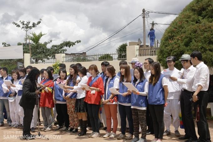 봉사단원들의 합창하는 모습