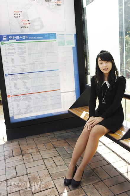 버스정류장에 앉아있는 김신애 사원