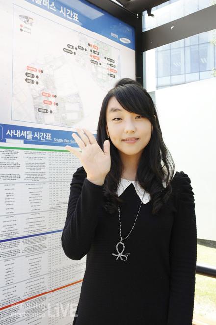 버스정류장에서 김신애 사원