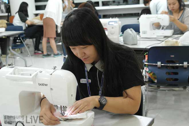 재봉틀을 하는 여성