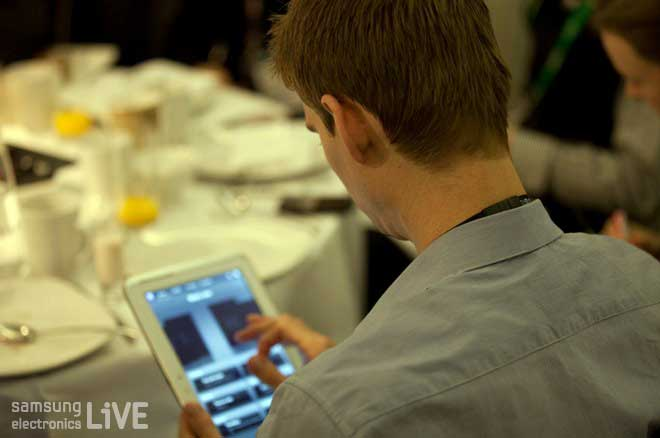 GALAXY Note 10.1과 스마트 TV의 AllShare기능을 통해 의견을 공유하는 참석자들