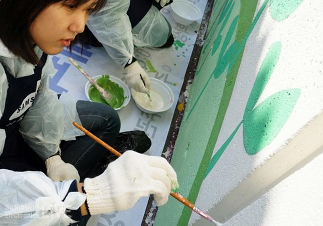 벽화를 그리는 봉사자들