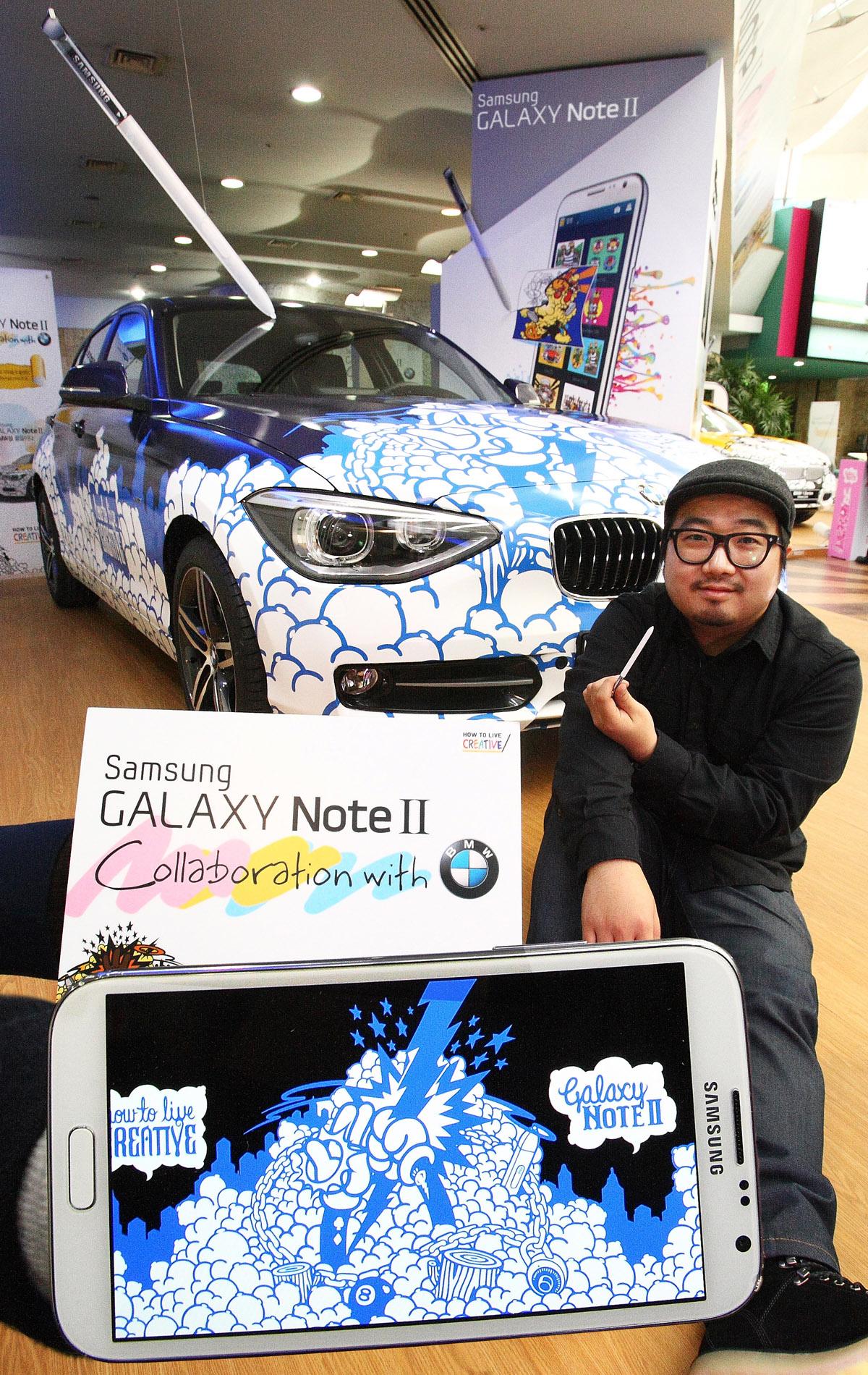 신동진 작가가 '갤럭시노트Ⅱ'로 디자인한 그림을 래핑한 BMW 1시리즈앞에서 갤럭시노트2를 들고 있다