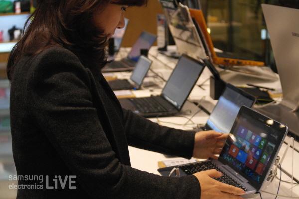 전시된 스마트PC를 만지고 있는 김은이 차장