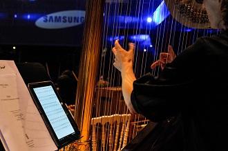갤럭시10.1에 악보를 띄워놓고 하프를 연주하고 있다