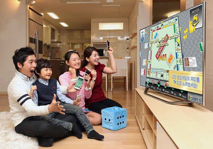 삼성 스마트 TV로 모노폴리 게임을 하는 모습