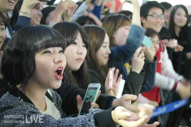 공연을 보며 즐거워하는 관객들의 모습