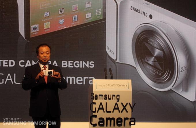 삼성 갤럭시 카메라를 들고 있는 남자