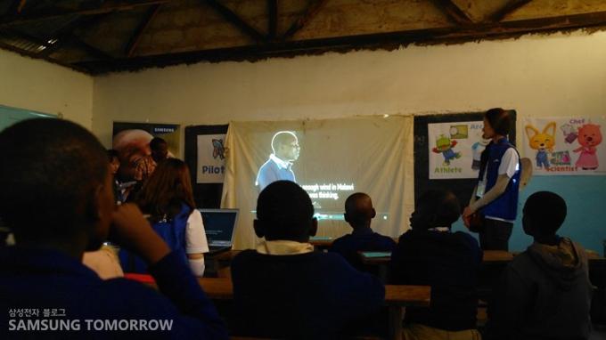 아프리카에서 성공한 사람들의 인터뷰 내용을 보여주는 영상교육