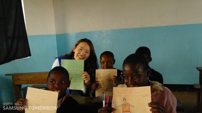 자신의 꿈에 대해 쓴 종이를 들고 사진을 찍은 아이들