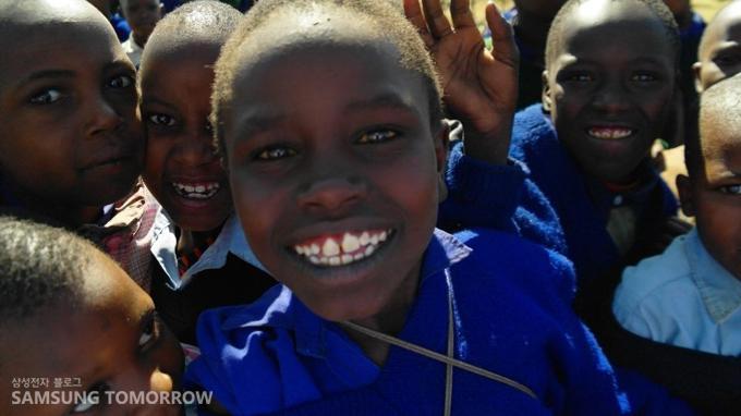 활짝 웃고 있는 마사이족의 어린 친구들