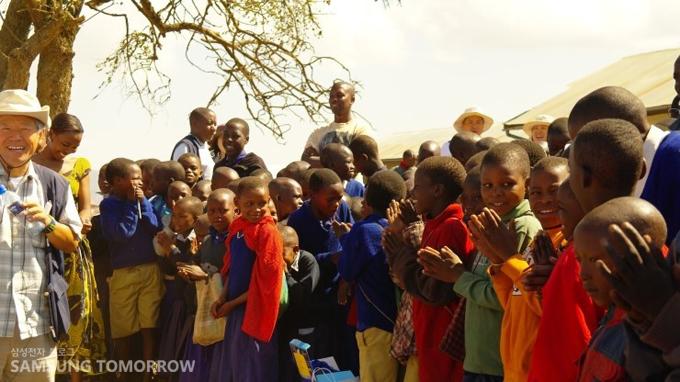 봉사단을 환영해주는 아이들