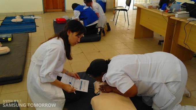 CPR 교육을 하는 자원봉사자