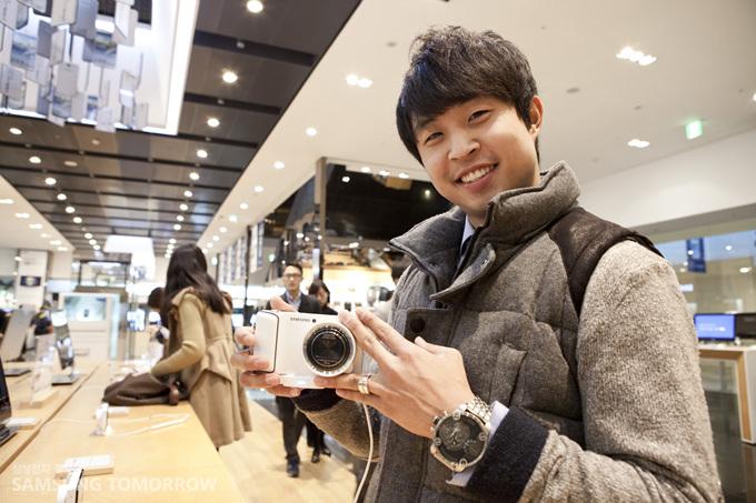 갤럭시 스마트 카메라를 들고 있는 김동석