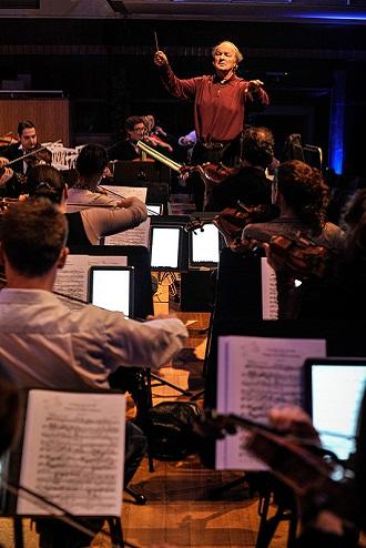 악보옆에 갤럭시 노트10.1을 놓고 연습하는 오케스트라