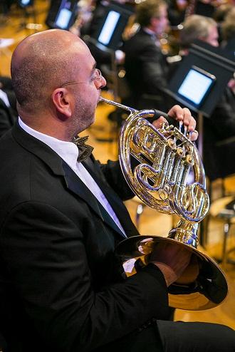 연주하는 오케스트라단원