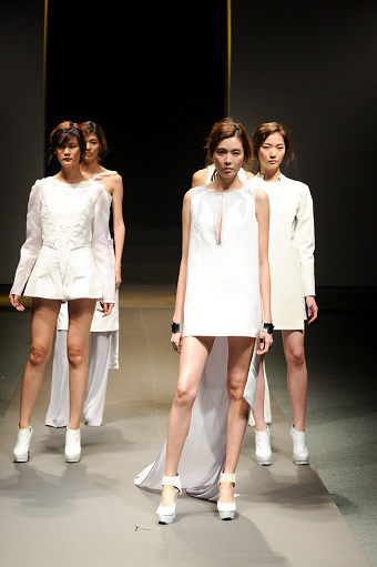 'SADI Fashion Critics Awards Show' 하얀색 옷을 입고 무대에서 워킹하는 모델