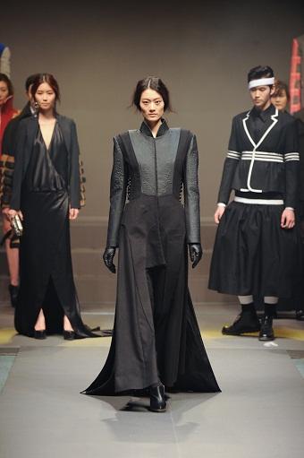 'SADI Fashion Critics Awards Show' 검은색 옷을 입고 무대에서 워킹하는 모델