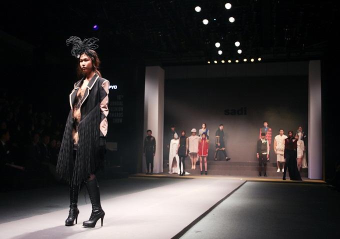 'SADI Fashion Critics Awards Show' 무대에서 워킹하는 모델