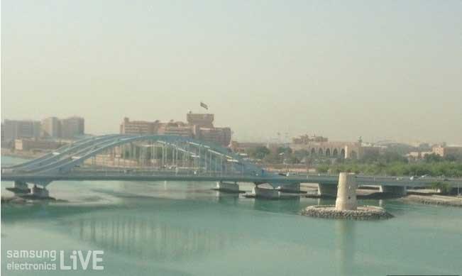 아랍 큰 강에 있는 다리 사진